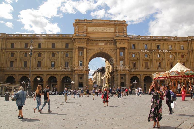 Florencia, Italia - septiembre 03,2017: Cuadrado hermoso de Repubblica del della de la plaza en el cielo azul y la nube imagen de archivo libre de regalías