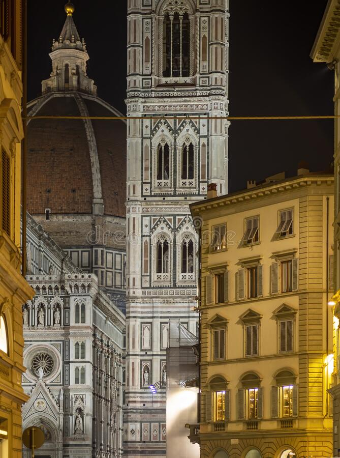 Florencja, Toskania Glimpse of the Duomo, alias Basilica di Santa Croce w nocy 2020 stycznia zdjęcie royalty free