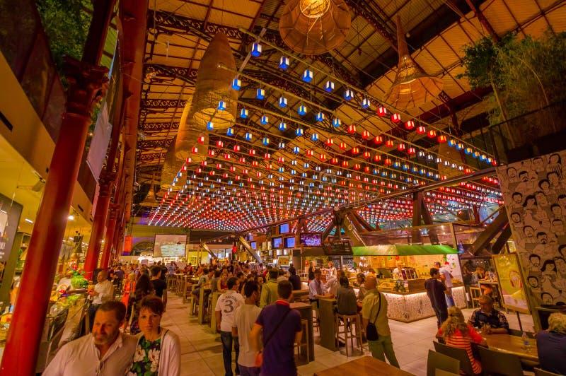 FLORENCJA WŁOCHY, CZERWIEC, - 12, 2015: Ładna dekoracja dach na Florencja rynku, ludzie odwiedza świeżą żywność i je obraz royalty free