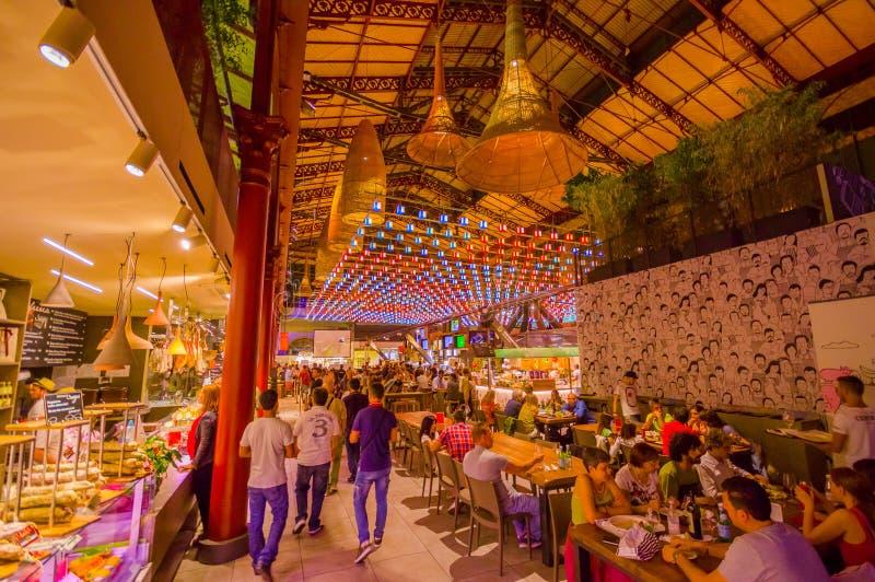 FLORENCJA WŁOCHY, CZERWIEC, - 12, 2015: Colorfull rynek na Florencja, jedzeniu i napoju na lewicie je na stołach dalej ludziach i obraz royalty free