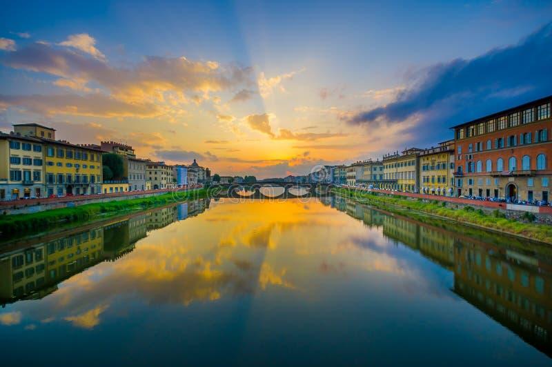 FLORENCJA WŁOCHY, CZERWIEC, - 12, 2015: Ponte Santa Trinita lub Świętej trójcy most w Florencja, stary most dookoła świata obraz royalty free