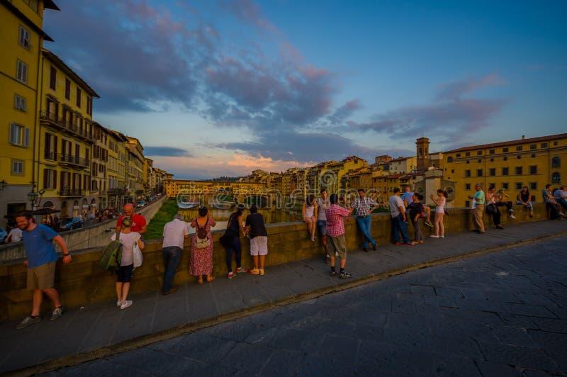 FLORENCJA WŁOCHY, CZERWIEC, - 12, 2015: Turists bierze fotografie Stary most Vecchio w Florencja lub Ponte zdjęcia royalty free