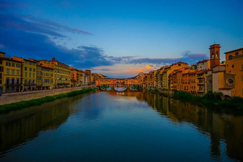 FLORENCJA WŁOCHY, CZERWIEC, - 12, 2015: Zmierzchu foto nad Arno rzeką, Starym korytarzem przy końcówką z wielkim niebem, mosta i  zdjęcie stock