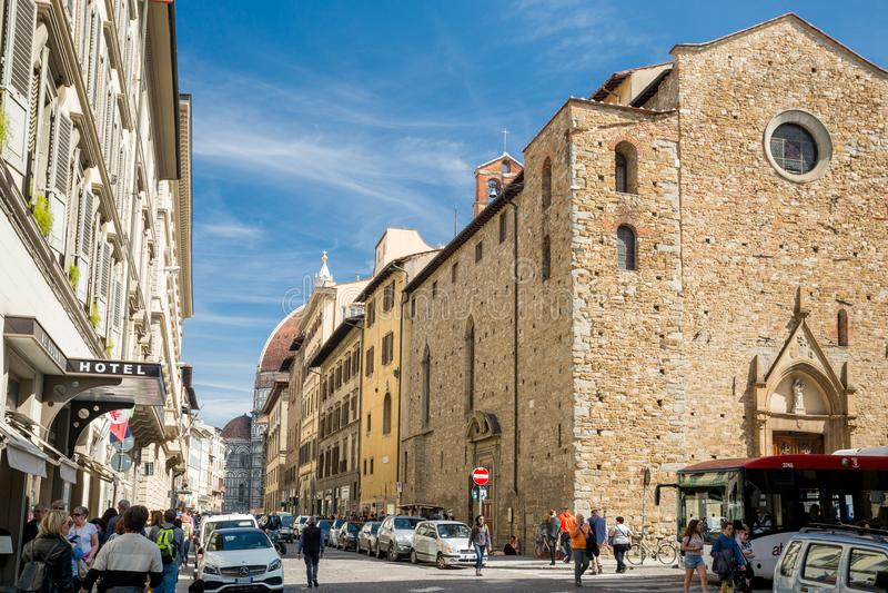Florencja Włochy, Kwiecień, - 7, 2018: Kopuła widzieć od ulicy turysta pełno zdjęcia royalty free