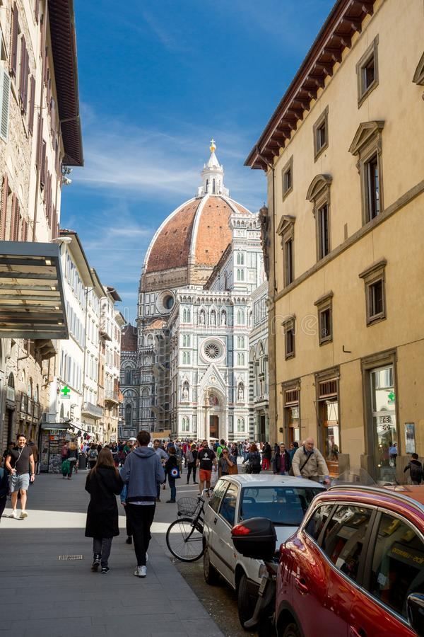 Florencja Włochy, Kwiecień, - 7, 2018: Kopuła widzieć od ulicy turysta pełno zdjęcie royalty free