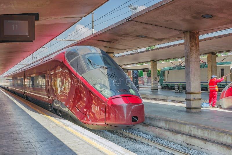 FLORENCJA WŁOCHY, MAJ, - 15, 2017: Nowożytny szybkościowy pasażerski tra obraz royalty free
