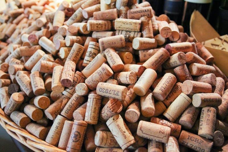 FLORENCJA, WŁOCHY/OKOŁO PAŹDZIERNIK 2013 - Włoscy wino butelki korki zdjęcia royalty free