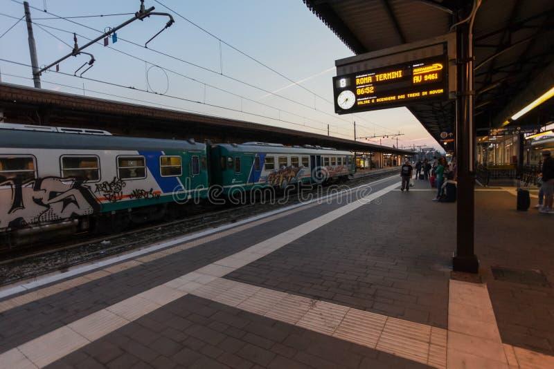 Florencja, WŁOCHY Wrzesień 10, 2016: Taborowy ` TrenItalia ` Regionale typ z graffiti na staci w Florencja ` Firenze Obozuje zdjęcia royalty free