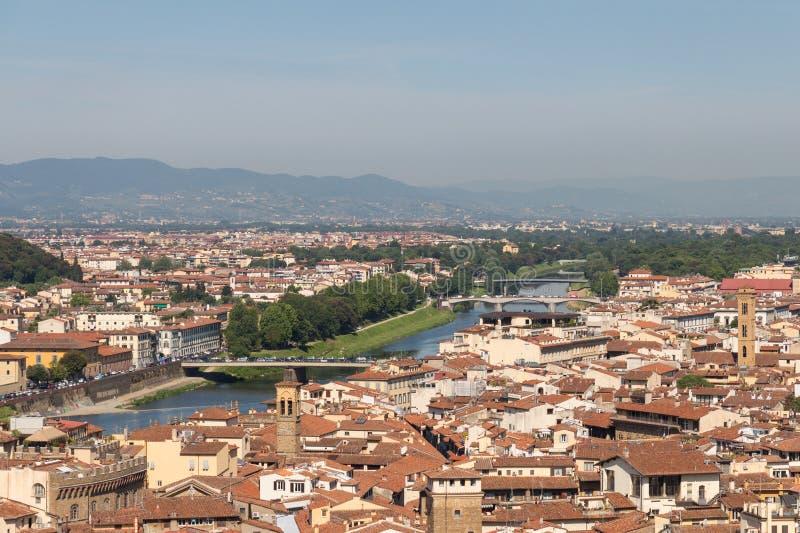 Florentine εικονική παράσταση πόλης με τις κόκκινες στέγες, τον ποταμό Arno και τους λόφους στο υπόβαθρο σε μια ηλιόλουστη ημέρα, στοκ εικόνες με δικαίωμα ελεύθερης χρήσης