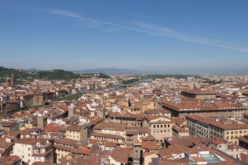 Florentine εικονική παράσταση πόλης με τις κόκκινους στέγες και τον ποταμό Arno σε μια ηλιόλουστη ημέρα, Τοσκάνη, Ιταλία στοκ εικόνες