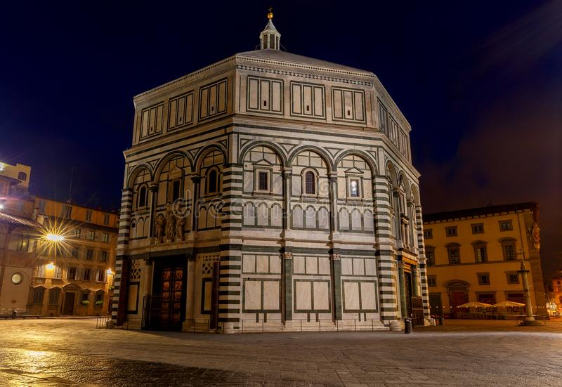 Florenz Baptistery nachts lizenzfreie stockfotos