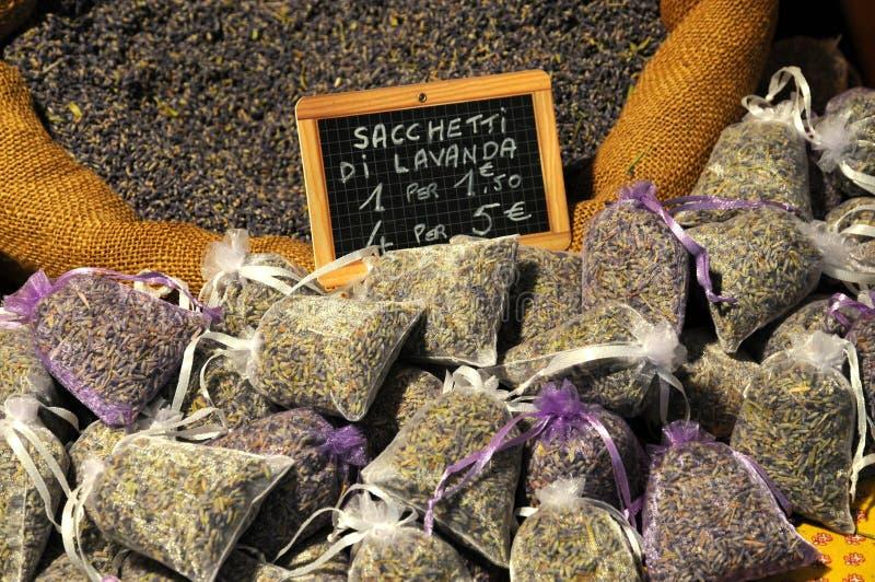 Florenz, im Dezember 2018: Lavendelkraut in einem Weihnachtsmarkt in Florenz lizenzfreies stockbild