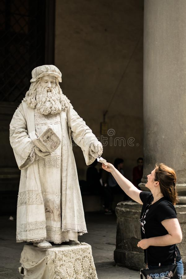 Florenz, Italien - 23. April 2018: lebende Statue von Leonardo da Vinci stockbild