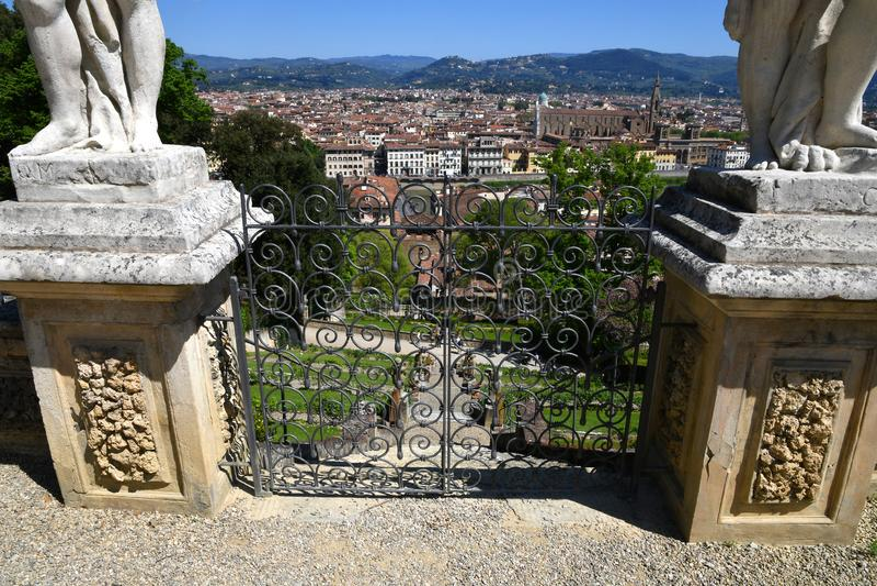 Florenz, Italien, im April 2019 - Detail des Schmiedeeisenzugangstors zum Bardini-Garten mit einem Stadtbild von Florenz lizenzfreie stockfotos