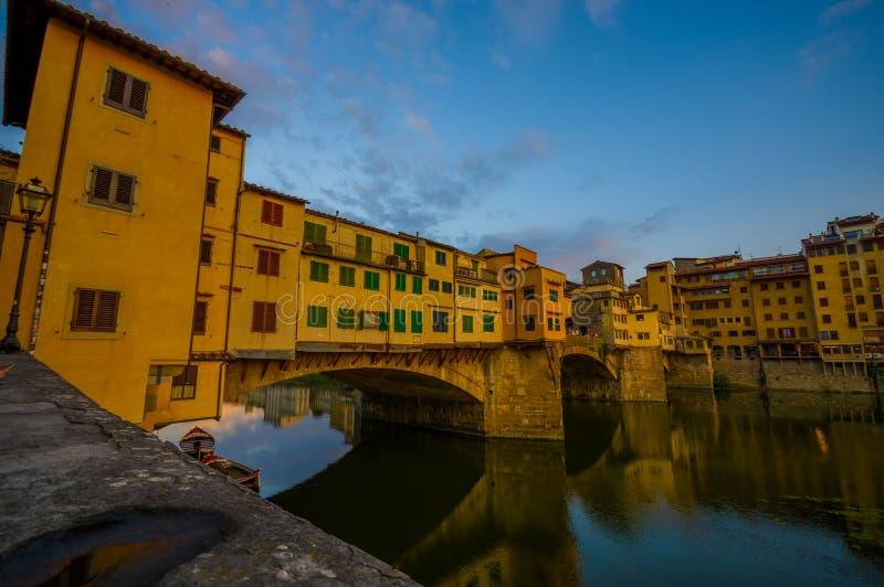 FLORENZ, ITALIEN - 12. JUNI 2015: Nette Wasseransicht mit Gebäudeschatten auf Florenz, alter Brücke oder Ponte Vecchio lizenzfreies stockfoto