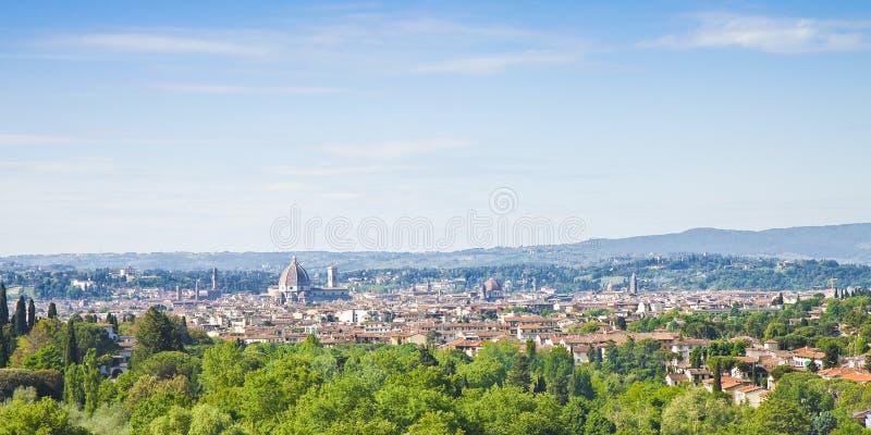 Florenz-Stadtbildpanoramaansicht von Fiesole-Hügel Auf Hintergrund auf dem links, alten dem Palast Palazzo Vecchio und der Duomo- lizenzfreie stockbilder