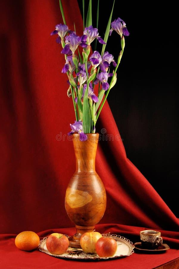 Florero con las flores y las frutas imagen de archivo