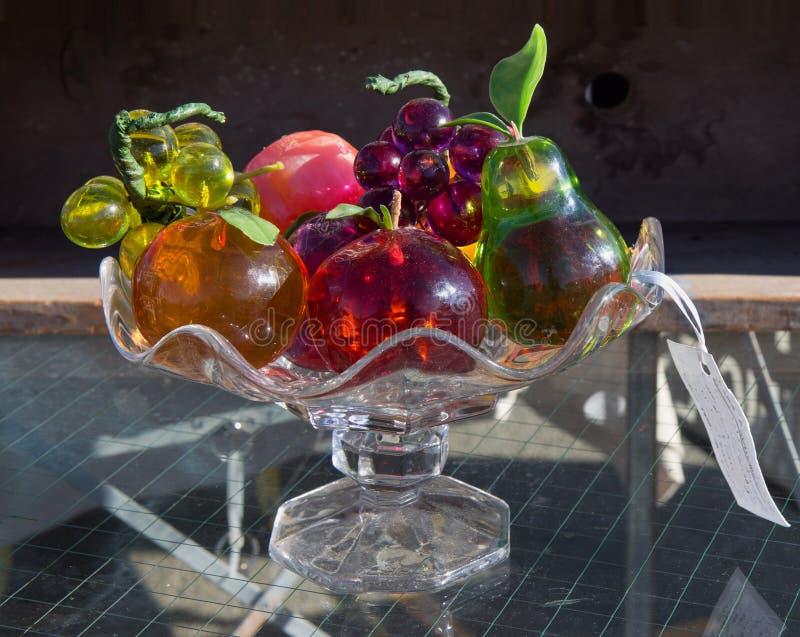 Florero Con Las Frutas De Cristal En El Mercado De Pulgas Foto de