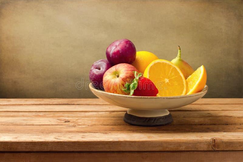 Florero con las frutas frescas imagenes de archivo