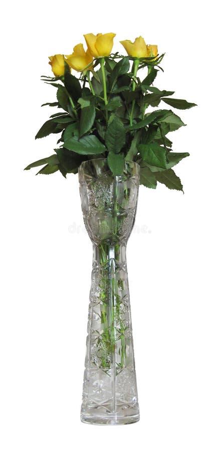Florero cristalino con las rosas amarillas aisladas con la trayectoria de recortes imagen de archivo