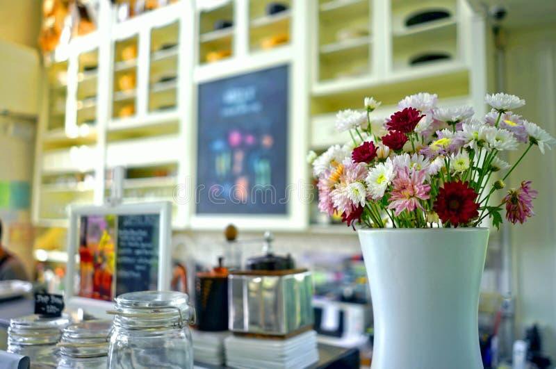 Florero de cerámica blanco de flores frescas coloridas mezcladas imágenes de archivo libres de regalías