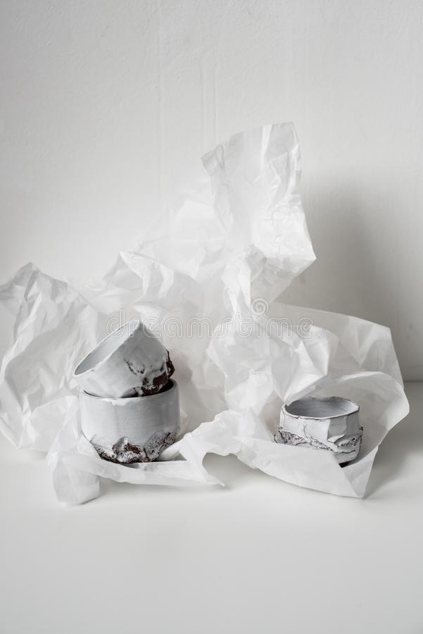 Florero de cerámica hecho a mano en el Libro Blanco abollado fotografía de archivo