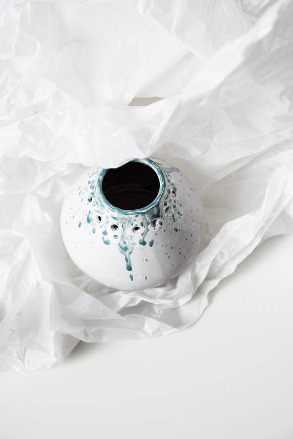 Florero de cerámica hecho a mano en el Libro Blanco abollado fotos de archivo libres de regalías