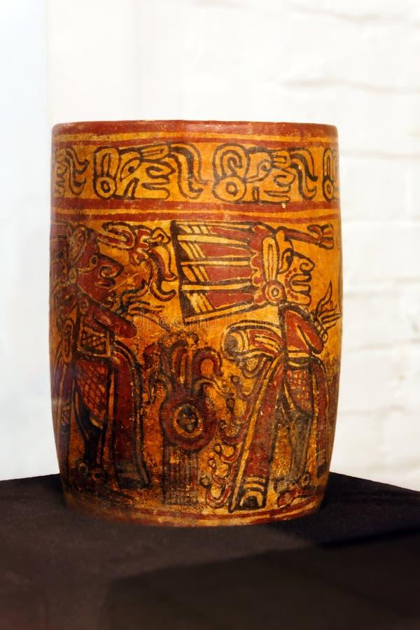 Florero de cerámica maya antiguo imagenes de archivo