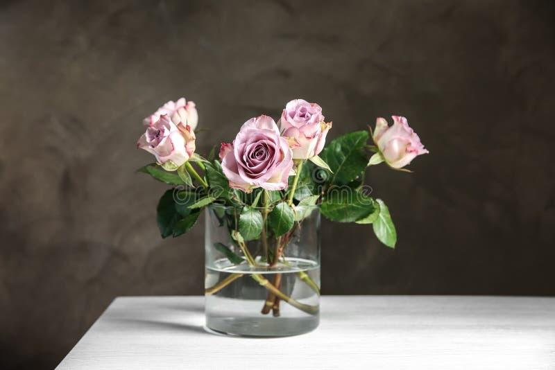 Florero de cristal con el ramo de rosas hermosas fotos de archivo libres de regalías