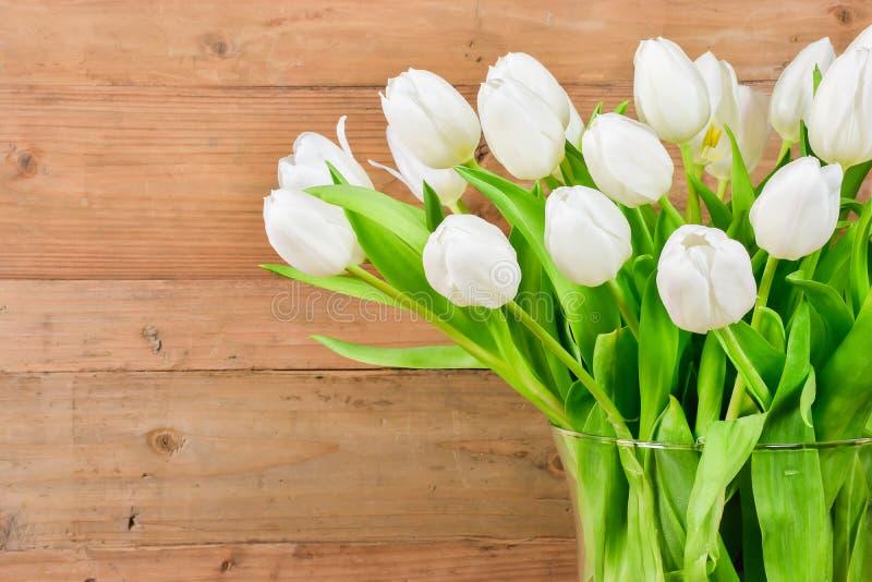 Florero de cristal con los tulipanes blancos imagen de archivo libre de regalías