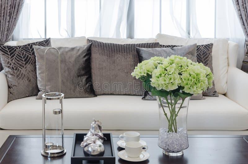 Florero de cristal de la planta en la tabla de madera en sala de estar de lujo fotografía de archivo libre de regalías