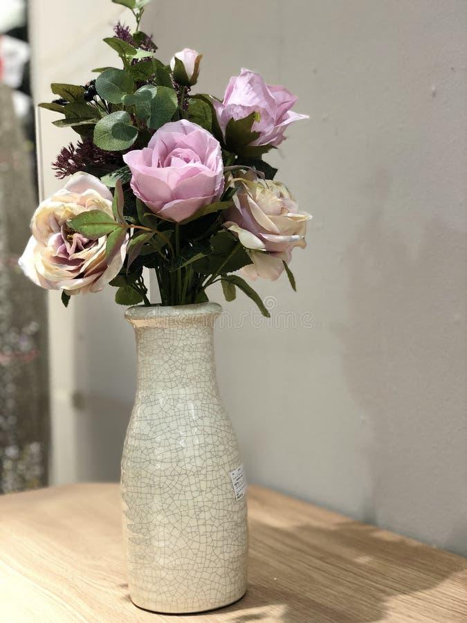 Florero de flores imagenes de archivo