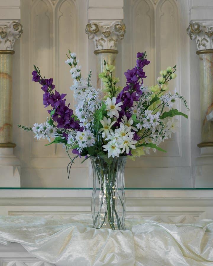 Florero de flores artificiales de largo provenidas imágenes de archivo libres de regalías