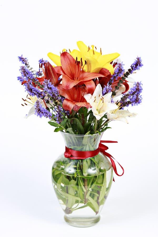 Florero de flores florecientes imagen de archivo libre de regalías