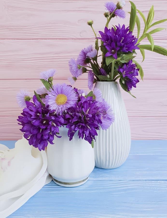 florero de la flor del crisantemo, campana en fondo de madera fotografía de archivo