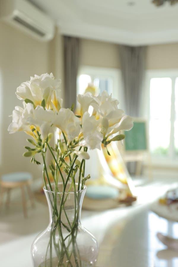 Florero de las flores blancas imagen de archivo