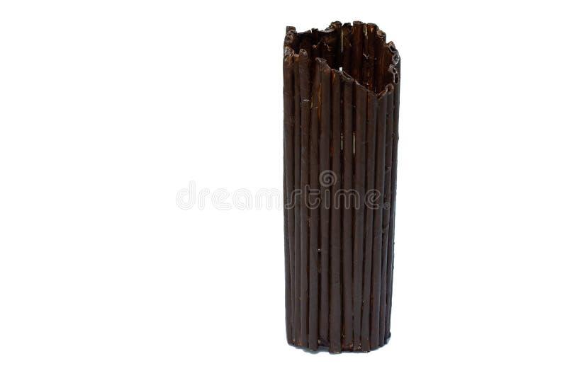 Florero de mimbre de ramas de madera en fondo aislado imagenes de archivo