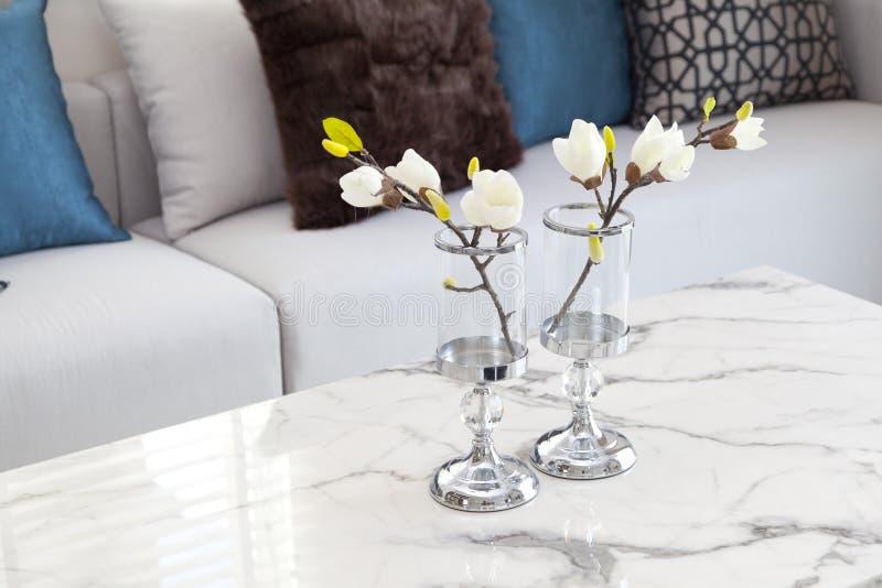 Florero moderno con la flor imagenes de archivo