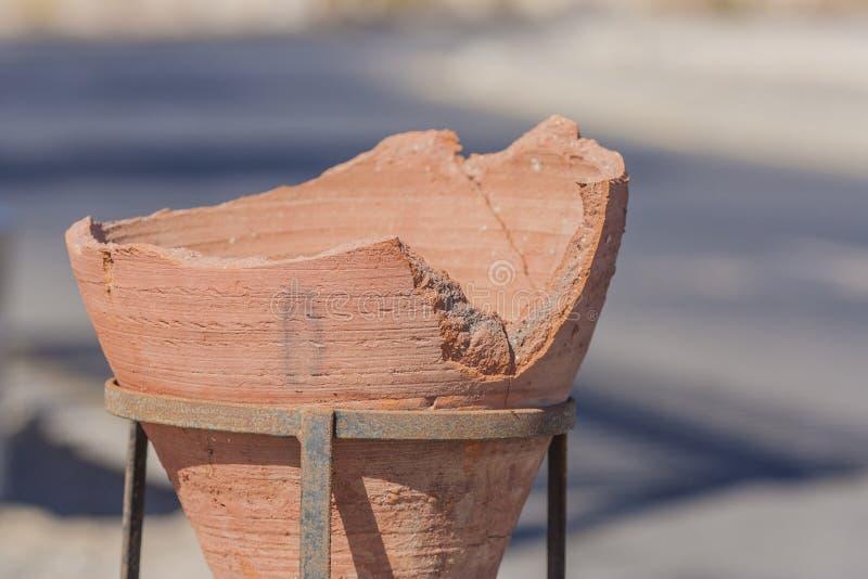 Florero roto viejo en un soporte del hierro imágenes de archivo libres de regalías