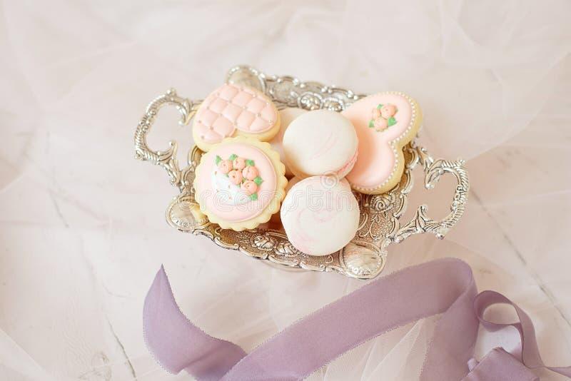 Florero y pan de jengibre del vintage en pálido - colores rosados y macarrones, boda o concepto festivo fotos de archivo
