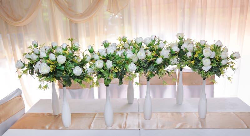 Floreros con las flores imagen de archivo