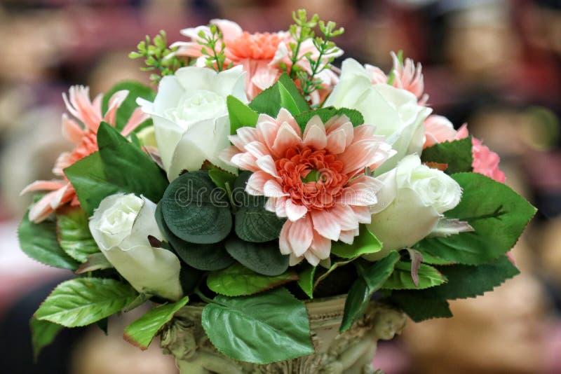 Floresça branco cor-de-rosa plástico do ramalhete e aumentou para a sala do escritório da decoração, ramo bonito colorido, bouque imagem de stock royalty free