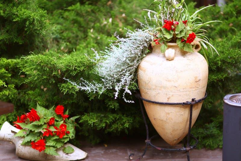 Floresça a caixa com as flores do gerânio no patamar da casa da casa de campo imagens de stock