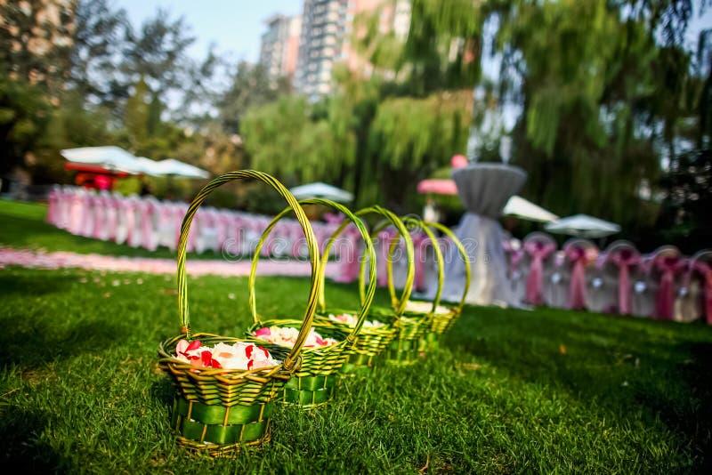 Floresça a cesta no casamento imagens de stock royalty free