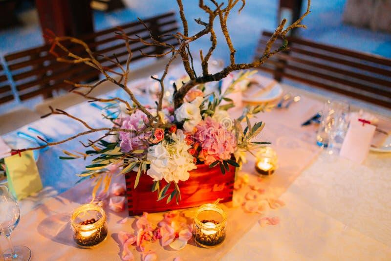 Floresça composições na tabela do casamento no estilo rústico Decorações do casamento com suas próprias mãos foto de stock royalty free