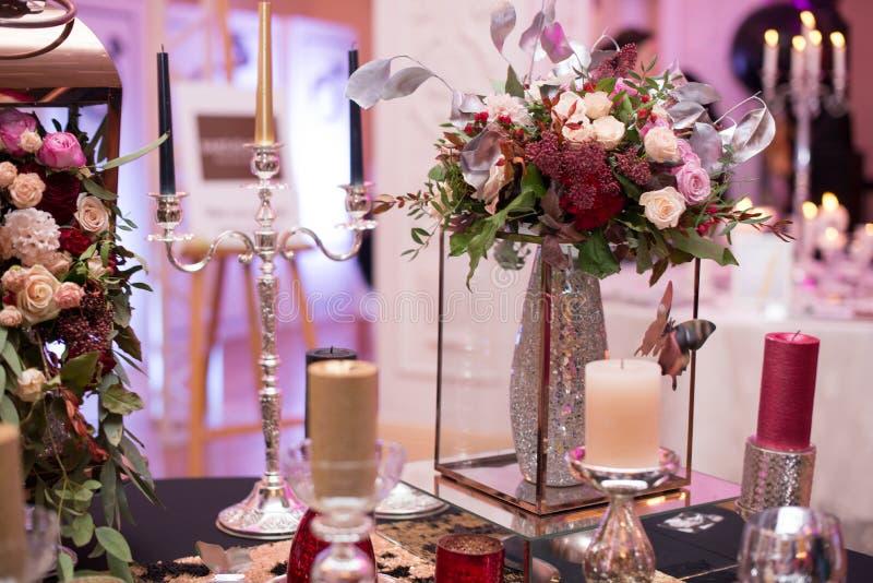 Floresça decorações da tabela para feriados e jantar de casamento A tabela ajustou-se para o feriado, o evento, o partido ou o co imagem de stock royalty free