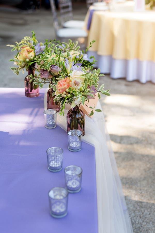 Floresça decorações da tabela para feriados e jantar de casamento A tabela ajustou-se para o feriado, o evento, o partido ou o co fotos de stock royalty free