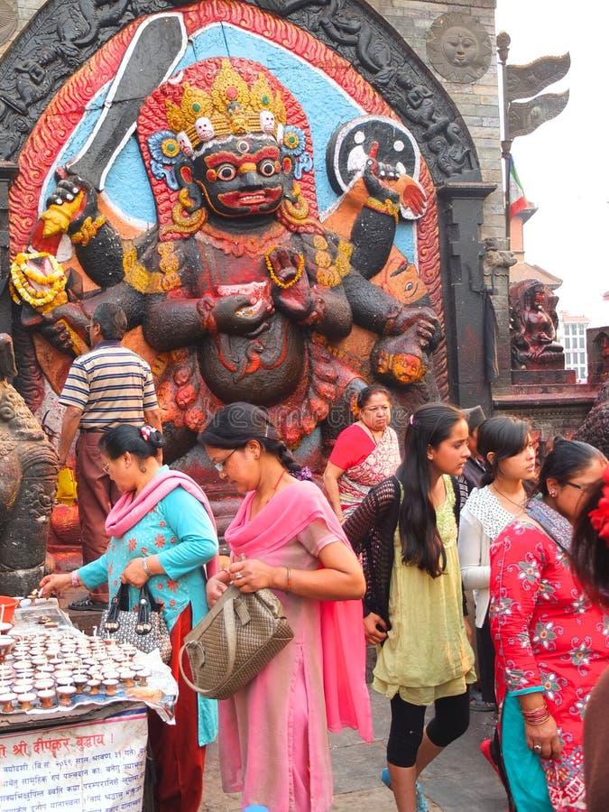 Floresça o oferecimento no templo, Kathmandu, Nepal fotografia de stock
