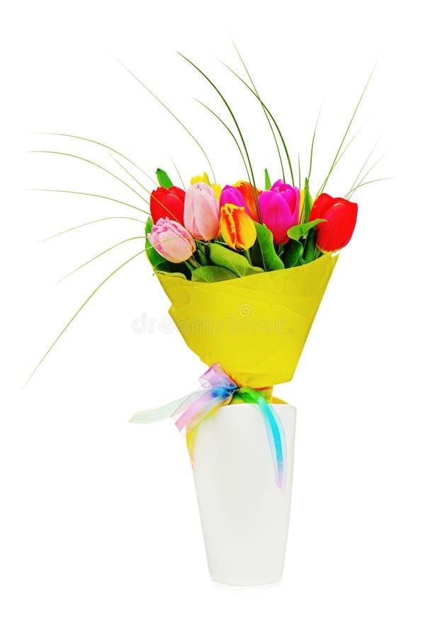 Floresça o ramalhete das tulipas coloridas no vaso branco isolado fotografia de stock