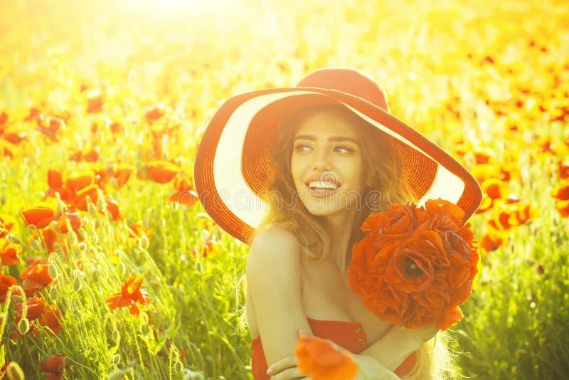 Floresça o ramalhete na menina de sorriso no chapéu retro, campo da papoila imagens de stock royalty free